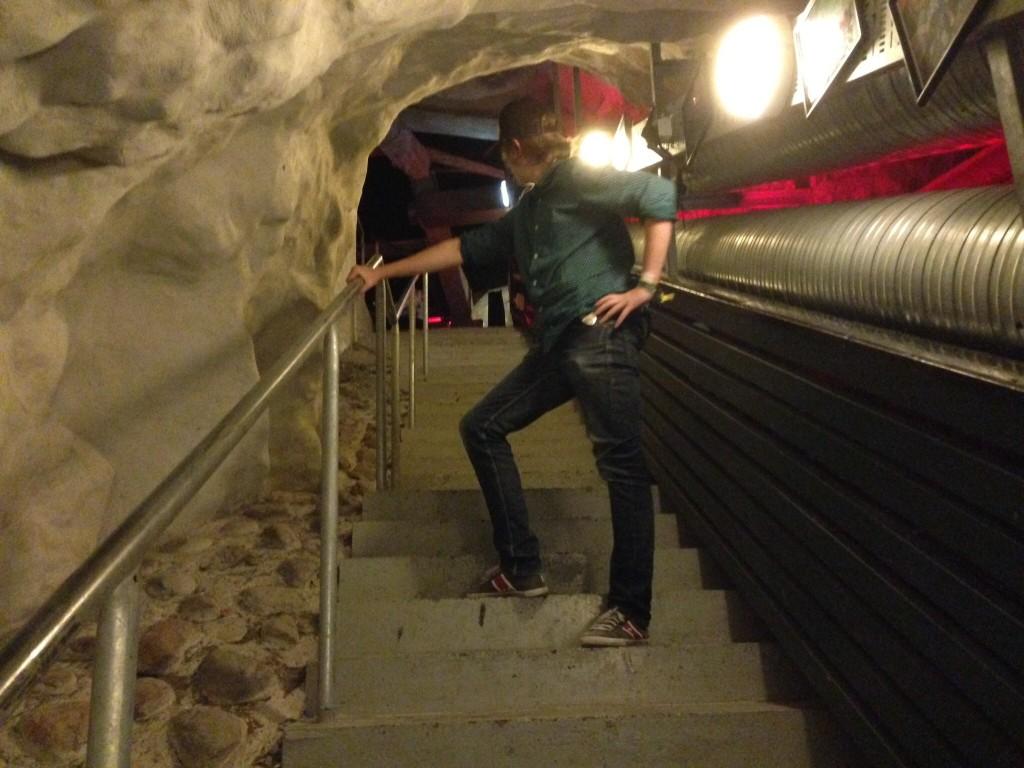 Det fins 3 etasjer på Rockehuset, her står Dimen i en av trappene.